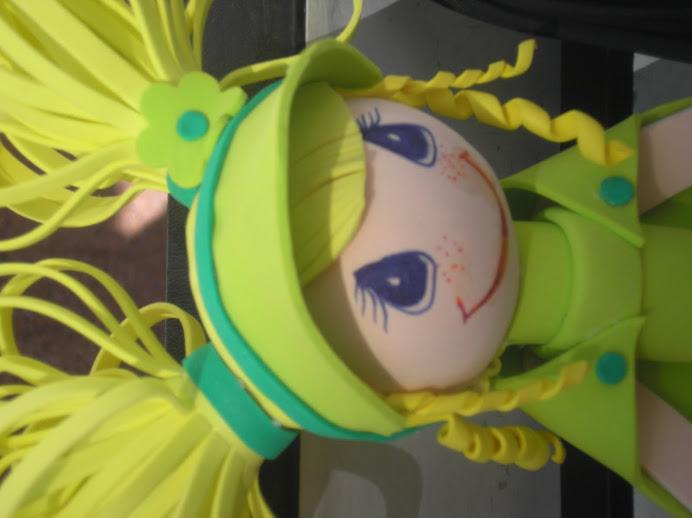 muñeca verde con 2 coletas rubias