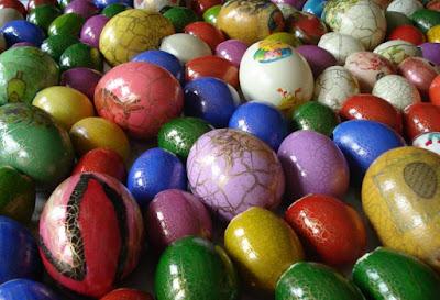 Ovos de Páscoa pintados pela Dona Alice.