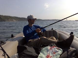 рибар, риболов, гумена лодка