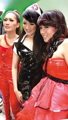 Mulan Jameela diapit Dewi-Dewi sat syuting klip Sakit Bukan Main kemarin