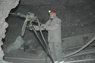 добыча-золота-на-чукотке-бурильщик-в-шахте