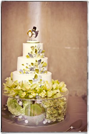 photo courtesy of One Love Photo via Green Wedding Shoes cake by Konditor