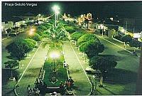 Esta é uma imagem aérea da praça central feita durante a noite...