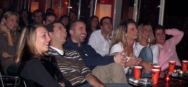 Καθε βραδυ υποσχεση για πολλα πολλα ατελειωτα γελια....