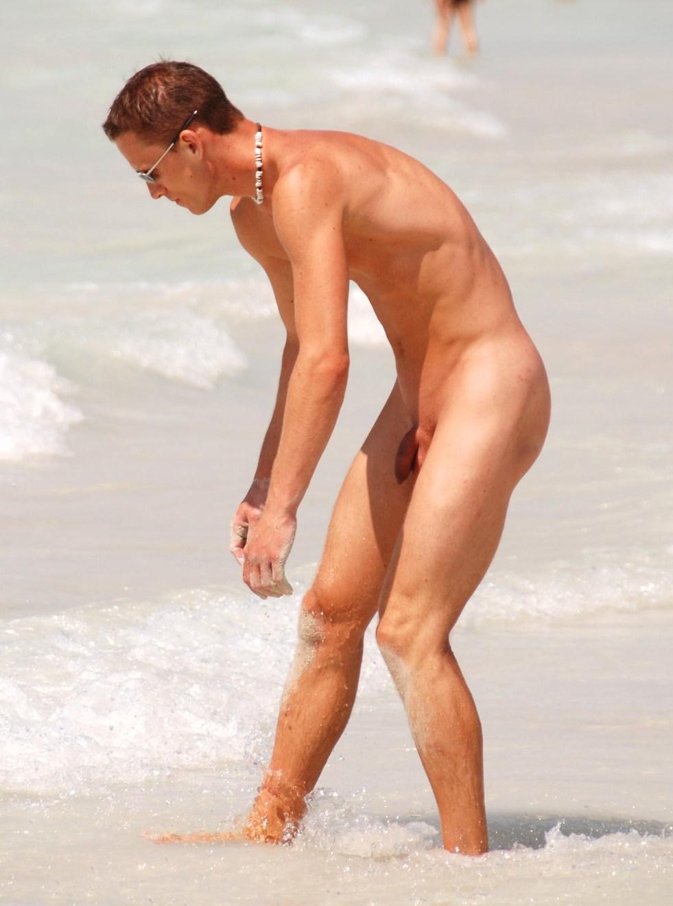 Голые парни на пляже видео