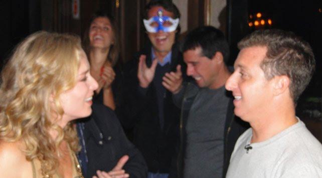Angélica faz festa de aniversário surpresa para Luciano Huck