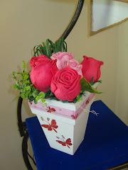 esse arranjo parece ser rosas vermelhas, mas sao rosas cor de rosa.