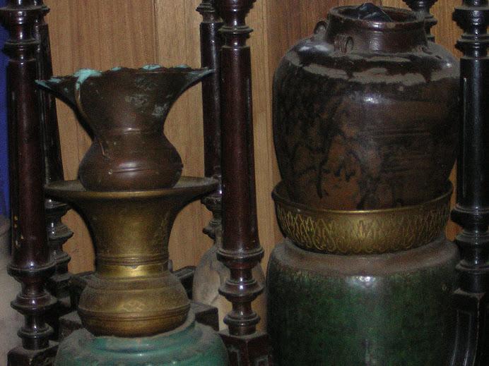 guci-guci antik serta kuningan asli
