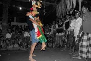 berpakaian tarian khas bali ini dianggap telah melecehkan budaya Bali ...