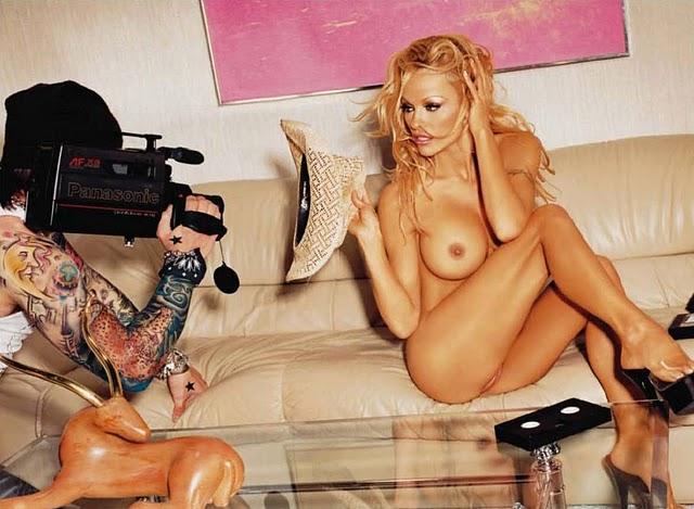 Pam Anderson in der Wanne nackt