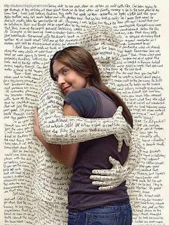 A imagem mostra uma página de jornal abraçando carinhosamente uma pessoa
