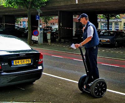 Een controleur op een Segway kan door de snelheid van het vervoermiddel meer auto's per uur controleren op de geldigheid van een parkeerkaartje dan een lopende collega.