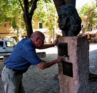 Op het pleintje voor het klooster La Cartuga in Valldemossa staat het borstbeeld van Chopin