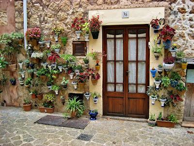 De mensen in Valldemossa versieren hun huis met potten met planten