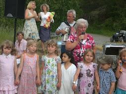 Niños cantando al Padre Sol