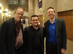 Gabriel entre dois Mestres da Universidade do Texas