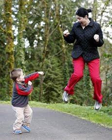 anak bermain bersama ibu