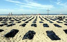 3000 sacs noirs, sur Copacabana, symbole des 3000 victimes de la violence en 6 mois