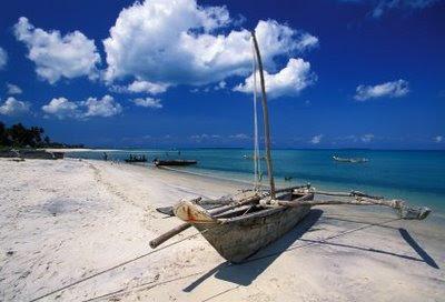Лежи на песъчливий бряг члун - разнебитени останки...