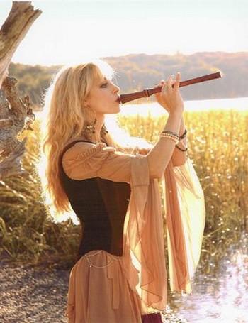 израильтянка играет на кожаной флейте
