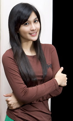 dewi sandra was born with the name monica nicholle sandra dewi gunawan