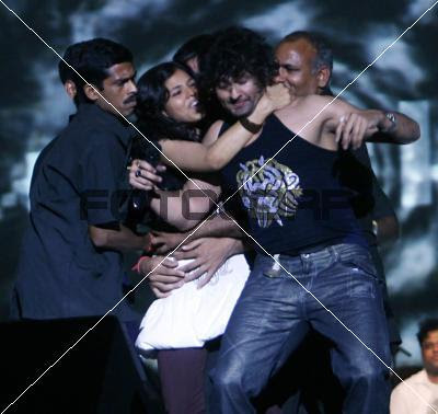 fan kisses sonu nigam pics