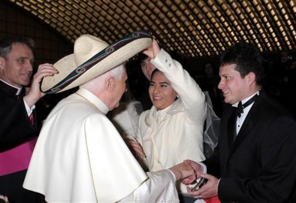 Rions ( ou plutôt pleurons...) avec nos popes con-ciliaires ! B16somb