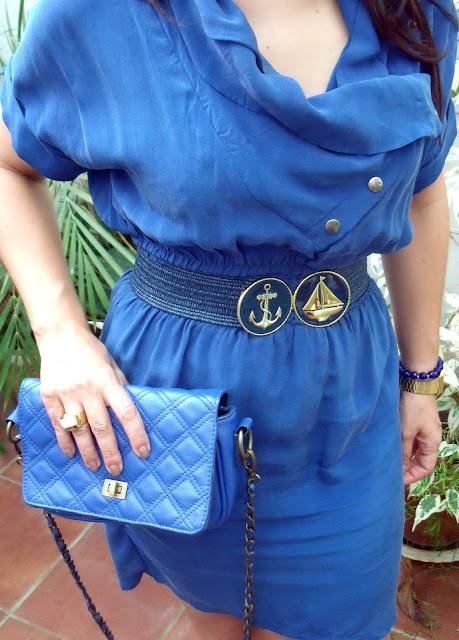 vestido-azul-de-blanco