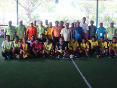 PEMAIN-PEMAIN FUTSAL BERGAMBAR BERSAMA DATO&#39; AMIRUDDIN SEBELUM PERTANDINGAN DIMULAKAN
