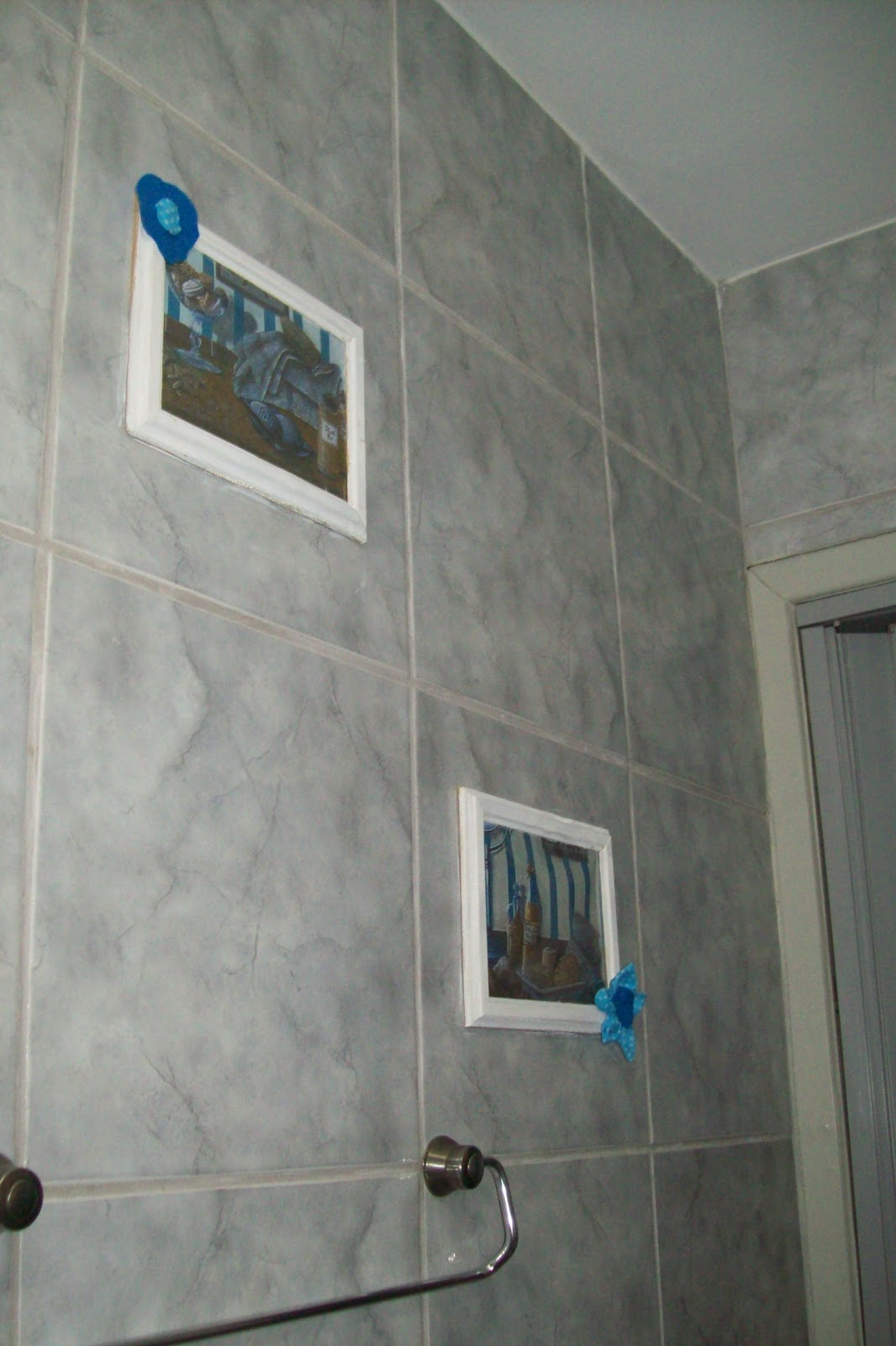 Casinha de taipa: Organizando as tampas e quadrinhos do banheiro #1B4969 1066 1600
