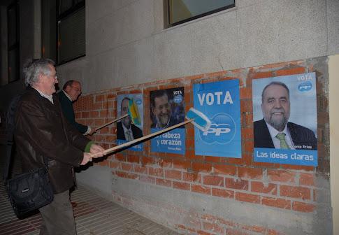 El PP de Sada arranca la campaña del    9-M con la pegada de carteles