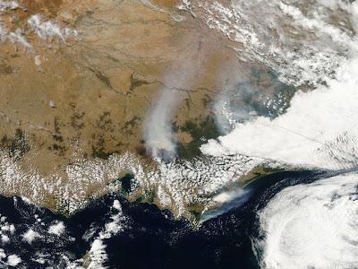 Fotografía de la nasa en la que se aprecia las cortinas de humos