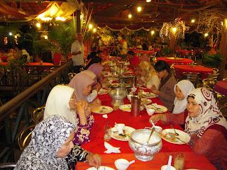 keluarga Hj Saidon sedang menikmati hidangan