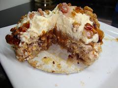 Torta con base de merengue, dulce de leche almendras, y crema chantilly