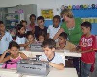Alunos e máquinas de Braille