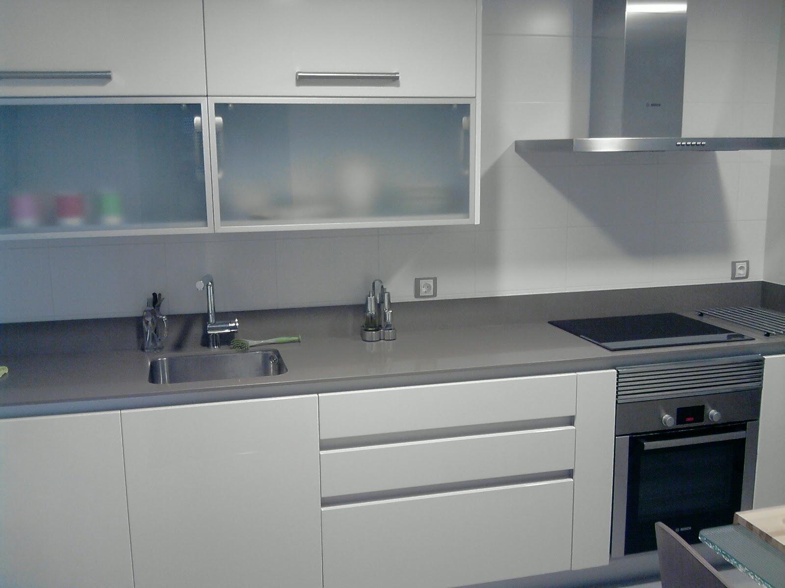 Muebles de cocina blanca encimera gris for Encimeras de cocina