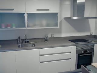 cocina pvc alto brillo blanca encimera gris silestone muebles bajos con uero