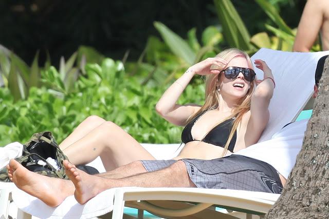 avril lavigne in hawaii. Avril Lavigne - Biquíni