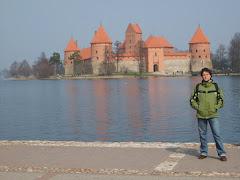 Coco davanti al castello di Trakai (2008)