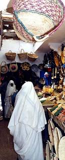 Le Haik: habit traditionnel de la femme  Magasins-essaouira-maroc-2541772724-10828+%255B640x480%255D