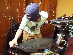 video pencuri motosikal kantoi di belasah pak guard giant kelana jaya
