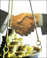 Dos manos estrechadas ante una balanza con dinero
