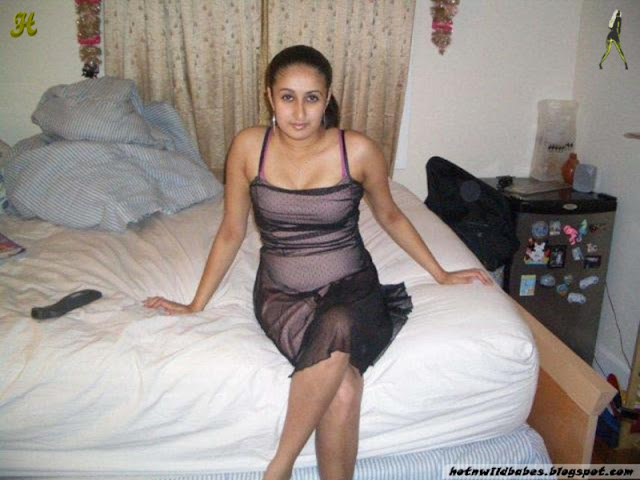 Sindhi Bhabhi nude bathing private photographs indianudesi.com