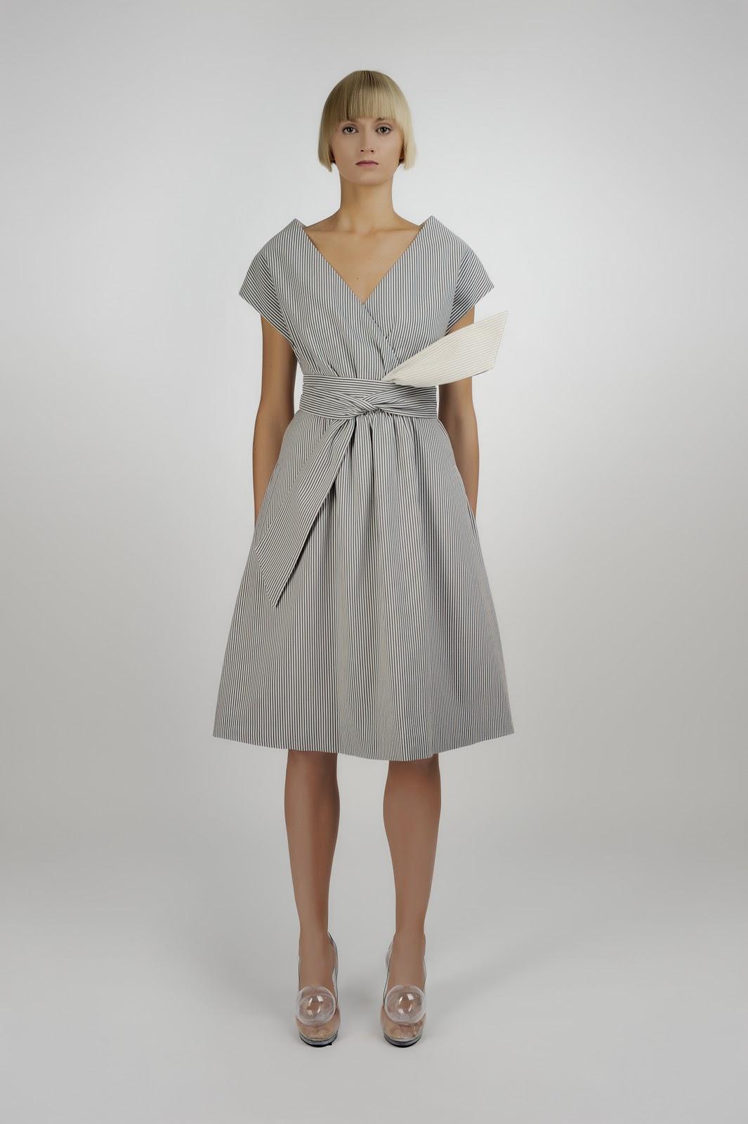 Платье с юбкой с защипами