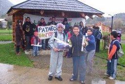 Protestando bajo lluvia patagona