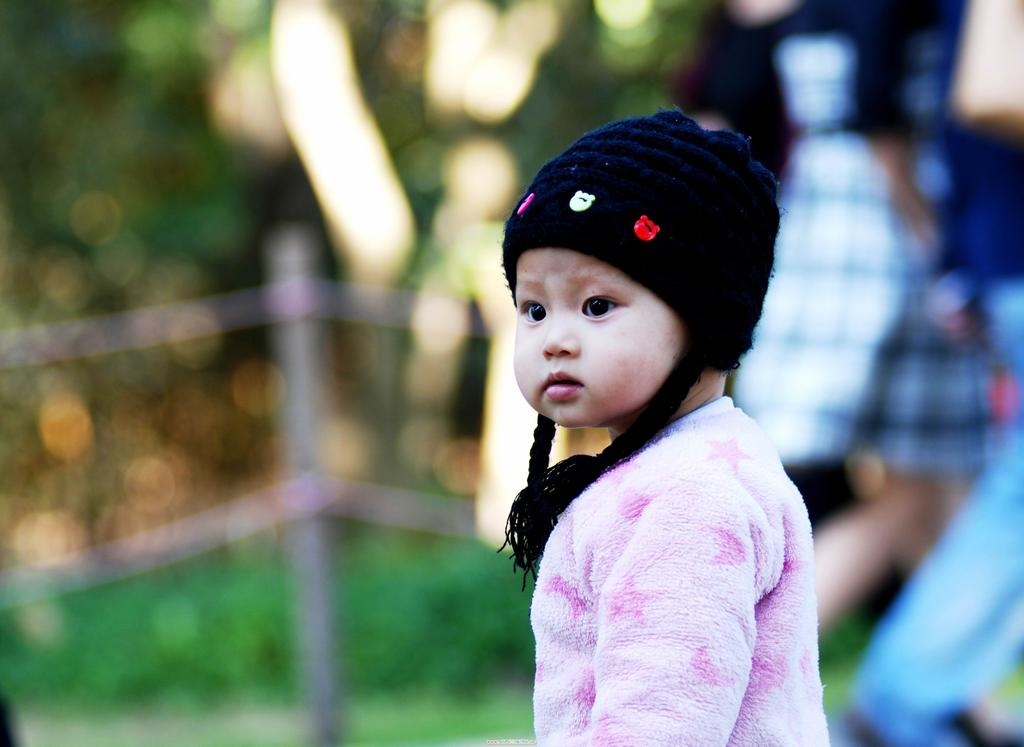 Chinese baby girl park new discovery 01