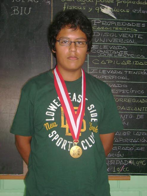 DENIS MANUEL SUAREZ TAYPICAHUANA  ES EL ACTUAL BICAMPEON NACIONAL DE BIOLOGIA EN LA V O.P.B. 2010