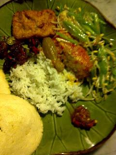 Dengan nasi putih, pindang woku, tumis buncis tauge, sambal goreng ati