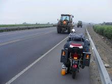 Tractores Y Moto Estacionada