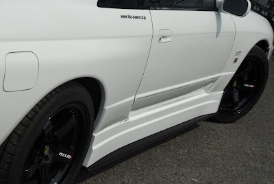 White Nissan Skyline Bee*R Side Skirts